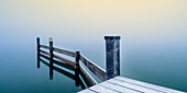 Beschneiter Steg in Marina bei nebligen Sonnenaufgang am Starnberger See, Seeshaupt,  Bayern, Deutschland