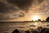 Blick durch Wassertropfen auf den Graswarder in Heiligenhafen, Ostsee, Ostholstein, Schleswig-Holstein, Deutschland