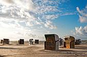 Strandkörbe im Sandsturm, Heiligenhafen, Ostsee, Ostholstein, Schleswig-Holstein, Deutschland