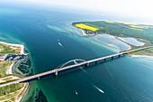 Fehmarnsundbrücke aus der Luft mit Blick auf Großenbroder Fähre, Ostsee, Ostholstein, Schleswig-Holstein, Deutschland