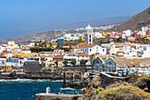 Sicht auf beliebte Hafenstadt Garachico von Aussichtspunkt, Teneriffa, Spanien