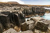 """Schroffe Küstenlandschaft bei den Meerwasserbecken """"Charco Los Chochos"""" im Nordwesten von Teneriffa, Spanien"""