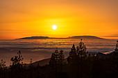 Sonnenuntergang über den Wolken im Teide Nationalpark, Teneriffa, Spanien