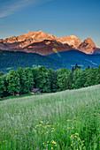 Wettersteingebirge mit Alpspitze und Zugspitze im Morgenlicht, Werdenfelser Land, Bayerische Alpen, Oberbayern, Bayern, Deutschland