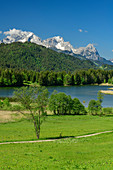 Geroldsee mit Wetterstein mit Alpspitze und Zugspitze im Hintergrund, Werdenfelser Land, Werdenfels, Bayerische Alpen, Oberbayern, Bayern, Deutschland
