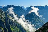Wolkenstimmung an steilen Bergflanken der Belluneser Dolomiten, vom Pizzocco, Belluneser Dolomiten, Venezien, Venetien, Italien