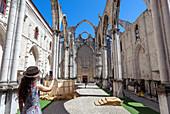 Ein Tourist fotografiert das Innere des Klosters Igreja do Carmo (Kloster Carmo), Stadtviertel Chiado, Lissabon, das Dach der Kirche stürzte nach dem Erdbeben von 1755 ein