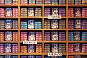 Die traditionellen portugiesischen Sardinen werden als Souvenirs in Geschäften in Lissabon verkauft, Lissabon, Großraum Lissabon, Portugal