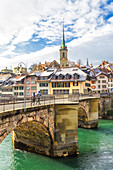 Zwei Läufer überqueren die Brücke über die Aare, Bern, Kanton Bern, Schweiz, Europa