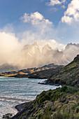 Chilenischer Teil von Patagonien, Magallanes und die chilenische Antarktis, Provinz Ultima Esperanza, Nationalpark Torres del Paine, Hörner von Paine und Pehoé-See an einem windigen Morgen