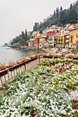 Das verschneite Dorf Varenna am Comer See, Provinz Lecco, Lombardei, Italien