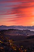Roter Sonnenuntergang über dem Dorf Novello von La Morra, Piemont, Italien