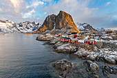 Das Fischerdorf mit seinem traditionellen 'Rorbus' in der Morgendämmerung im Winter, Hamnoy, Nordland, Nordnorwegen, Norwegen