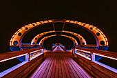 Farbig illuminierte Seebrücke in Kellenhusen, Ostsee, Ostholstein, Schleswig-Holstein, Deutschland
