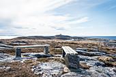 Bänke auf der Insel Nordöyan, Fischerdorf, Folda, Namdalen, Tröndelag, Norwegen