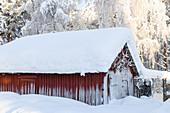 Rustikale Scheune in Lappland im Winter, Schweden