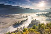 Nebel über dem Fluss Adda von Airuno aus gesehen am Santuario Madonna della Rocchetta, Airuno, Parco dell'Adda Nord, Provinz Lecco, Brianza, Lombardei, Italien
