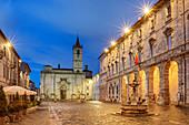 Beleuchteter Platz in Ascoli Piceno, Piazza del Popolo, Sibillinische Berge, Monti Sibillini, Nationalpark Monti Sibillini, Parco nazionale dei Monti Sibillini, Apennin, Marken, Italien
