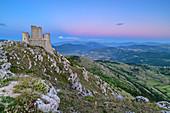 Mittelalterliche Burg Rocca Calascio zur blauen Stunde, Rocca Calascio, Nationalpark Gran Sasso, Parco nazionale Gran Sasso, Apennin, Abruzzen, Italien