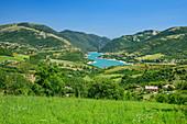 Blick auf Lago di Fiastra, Grande Anello dei Sibillini, Sibillinische Berge, Monti Sibillini, Nationalpark Monti Sibillini, Parco nazionale dei Monti Sibillini, Apennin, Marken, Umbrien, Italien