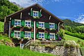 Bauernhaus mit Blumenschmuck, Biosphärenreservat Großes Walsertal, Bregenzerwaldgebirge, Bregenzerwald, Vorarlberg, Österreich