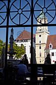 Blick durch die Scheibe des Cafes Roland auf den Primatialplatz in Bratislava, Slowakei