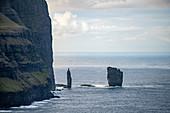 Felsnadeln im Meer vor der Landzuge von Eiði, Eysturoy, Färöer Inseln