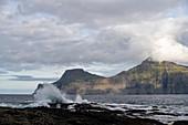 Ruhige See bei dem Fischerdorf Gjógv, Färöer Inseln