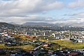Blick von oben auf die Hauptadt der Färöer Inseln, Thorshavn, bei Sonnenschein