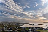 Erhöhter Blick auf die Hauptadt der Färöer Inseln, Thorshavn, bei Sonnenaufgang