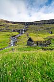 Historische Häuser mit grasbewachsenen Dächern an einem der schönsten Orte der Welt, Saksun, Insel Streymoy auf den Färöer Inseln