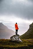 Wandererin genießt den Ausblick auf die herrliche Landschaft der Färöer Inseln