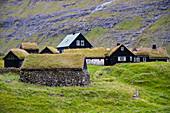 Blick auf die historischen Häuser von Saksun, mit grasbewachsenem Dach, Insel Streymoy auf den Färöer Inseln
