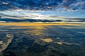 Der Münchner Flughafen aus der Luft am frühen Morgen, Bayern, Deutschland