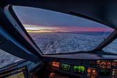Blick aus dem Cockpit eines Airbus A320 bei Sonnenaufgang