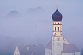 Die Kirche von Pähl im Frühherbstnebel, Pähl, Bayern, Deutschland