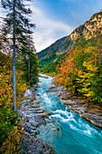 Der Fluss Rißbach im Herbst im Karwendel, Hinterriss, Tirol, Österreich