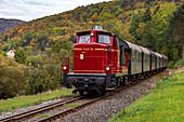 Historische Eisenbahn mit Diesellok im Wiesenttal im Herbst, Streitberg, Oberfranken, Bayern, Deutschland