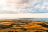 Blick aus dem Ballon über abgeerntete Felder bis zur Insel Fehmarn, Ostholstein, Schleswig-Holstein, Deutschland