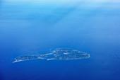 Windpark und kleine Insel im Meer, Luftaufnahme, Europa