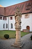 Marien Statue im Innenhof St Anna Münster, Kloster Heiligkreuztal (ehemalige Zisterzienser Abtei), Altheim bei Riedlingen, Baden-Württemberg, Deutschland, Europa