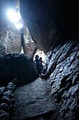 Kinder in einer Höhle im Pinnacles National Park, Kalifornien, USA