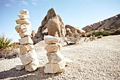 Steintürme vor der Kulisse der Jumbo Rocks im Joshua Tree Park, Kalifornien, USA