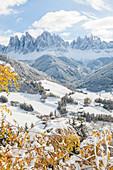 Das kleine Dorf St. Magdalena in Südtirol, Italien
