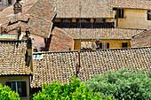 Schindeldächer und verwinkelte Häuser in der Altstadt von Perugia, Umbrien, Italien