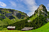 Berghütten und Panorama am Gitschenen, bei Isenthal, Kanton Uri, Schweiz