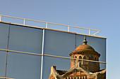 Spiegelung der Casa de la Premsa in der Glasfassade eines Hauses, Barcelona, Katalonien, Spanien