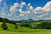 Aussicht über die weite Landschaft mit Wäldern und Bergen, bei Rogatec, Slowenien