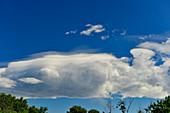 Gewitterwolken in ungewöhnlicher Form am blauen Himmel, bei Bibinje, Kroatien