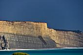 Dramatisches Licht auf den Felsen am Atlantik, Luz, Algarve, Portugal